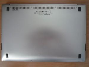 Задняя крышка имеет более простую полировку, на ней же расположены выходы вентиляции