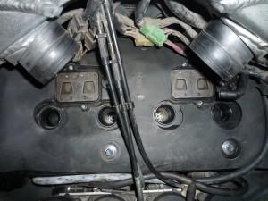 Вынимаем резиновый коврик над крышкой головки двигателя